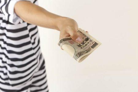 お金を渡すイメージ画像