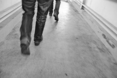 男性の足元のイメージ画像