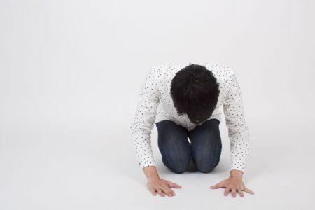 謝罪する男性のイメージ画像
