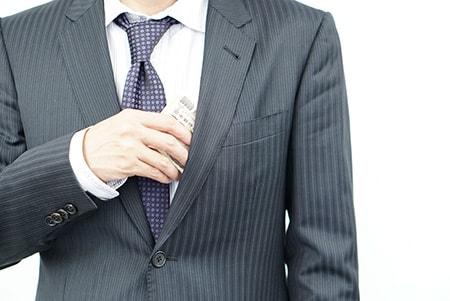 お金を隠す男性