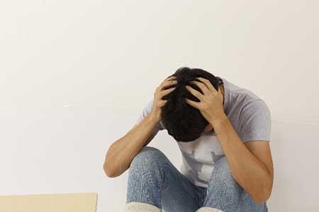 悩む男性のイメージ画像