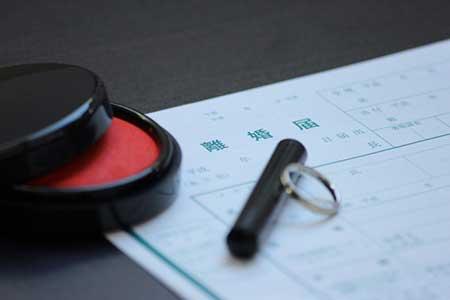 離婚届と印鑑の画像