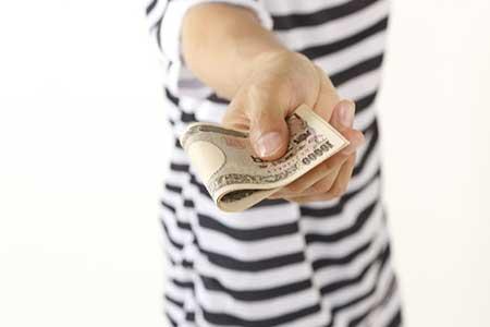 お金を支払うイメージ画像