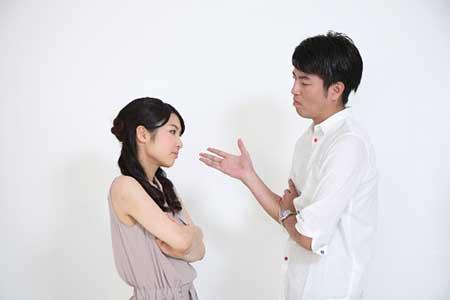 話し合う夫婦のイメージ画像