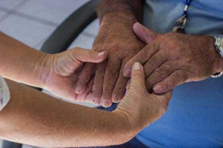 老人の手を引くイメージ画像