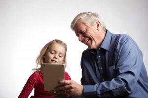 おじいちゃんと孫の画像